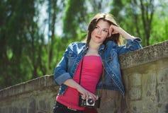 Ung flicka med den gammala kameran Royaltyfri Bild