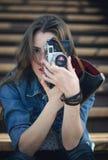 Ung flicka med den gammala kameran Royaltyfri Foto