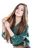 Ung flicka med den isolerade hårborsten Royaltyfri Fotografi