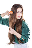 Ung flicka med den isolerade hårborsten Royaltyfria Bilder