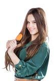 Ung flicka med den isolerade hårborsten leende Arkivbilder