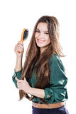 Ung flicka med den isolerade hårborsten leende Royaltyfria Bilder