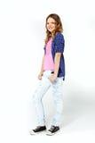 Ung flicka med den lång bärande plädskjortan och jeans för lockigt hår royaltyfri foto