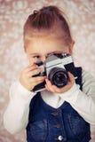 Ung flicka med den parallellla kameran Arkivbilder