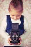 Ung flicka med den parallellla kameran Royaltyfri Fotografi