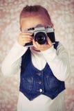 Ung flicka med den parallellla kameran Arkivfoton