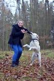 Ung flicka med den vita hunden Arkivfoton