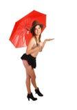 Ung flicka med det röda paraplyet. Arkivbild