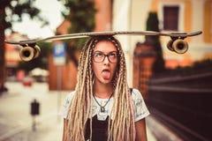 Ung flicka med dreadlocks Arkivfoto