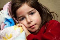 Ung flicka med en överilad feber royaltyfri foto