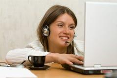 Ung flicka med en bärbar dator Royaltyfria Bilder