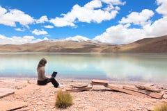 Ung kvinna med bärbar dator Arkivbild