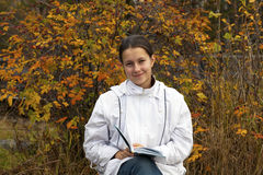 Ung flicka med en bok Arkivfoto