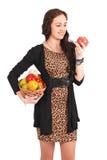 Ung flicka med en fruktkorg Arkivbild