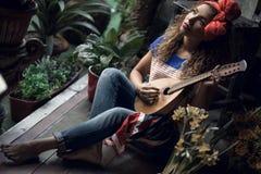 Ung flicka med en gitarr Royaltyfria Bilder