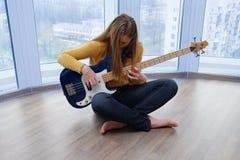 Ung flicka med en gitarr Arkivfoto
