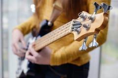 Ung flicka med en gitarr Fotografering för Bildbyråer