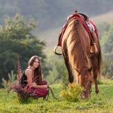 Ung flicka med en häst Arkivfoton