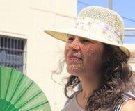 Ung flicka med en hatt, med ett solraster på hennes framsida Royaltyfria Bilder