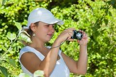 Ung flicka med en kamera Fotografering för Bildbyråer