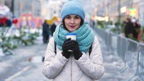 Ung flicka med en kopp te i vinter arkivfilmer
