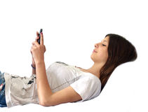 Ung flicka med en smartphone i hand Royaltyfria Foton
