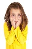 Ung flicka med förvirrat ansiktsuttryck Royaltyfri Bild