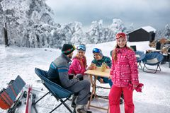 Ung flicka med familjen och att ha gyckel i snön royaltyfria bilder
