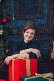 Ung flicka med gåvan Royaltyfri Fotografi