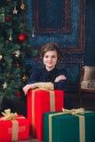Ung flicka med gåvan Royaltyfri Foto
