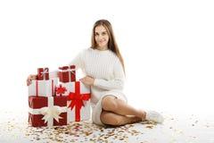 Ung flicka med gåvor som isoleras på vit bakgrund royaltyfria bilder