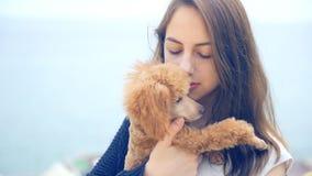 Ung flicka med hennes hund i det utomhus- stock video