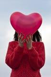 Ung flicka med hjärtaballongen Arkivfoto