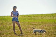 Ung flicka med hunden Royaltyfri Fotografi