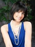 Ung flicka med juvlar som poserar i studio Royaltyfri Bild