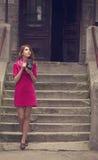 Ung flicka med kameran för tappning 6x6 på utomhus-. Royaltyfri Fotografi