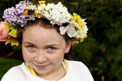 Ung flicka med kan daggolvkranen Arkivbilder