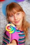 Ung flicka med klubban Fotografering för Bildbyråer