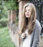Ung flicka med korset Arkivbild