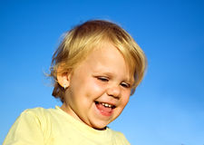Ung flicka med leende Arkivbild