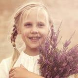 Ung flicka med ljung Arkivbild