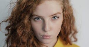 Ung flicka med lockigt hår och naturligt smink arkivfilmer