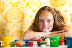 Ung flicka med målar av vänder mot Arkivbild