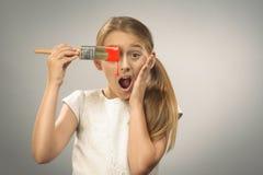 Ung flicka med målarpenseln Royaltyfri Foto