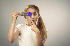 Ung flicka med målarpenseln Royaltyfri Bild
