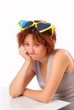Ung flicka med mycket stor solglasögon Arkivbilder