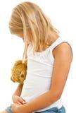 Ung flicka med nallebjörnen Royaltyfria Bilder