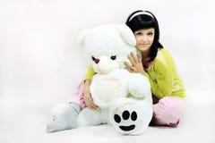 Ung flicka med nallebjörnen Fotografering för Bildbyråer