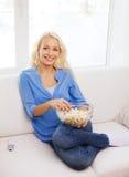 Ung flicka med popcorn som är klart att hålla ögonen på film Royaltyfri Fotografi