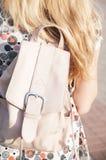 Ung flicka med ryggsäcken, bakre sikt, tonat foto, Arkivfoton